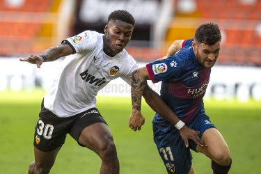 Lack of spark condemns Valencia to a limp draw against newcomers Huesca